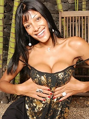 Shemale diva Miriany gives a hot show